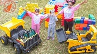 getlinkyoutube.com-Little Builders 2 - The Three Little Pigs, The Tonka Mighty Dump Truck and The Building Blocks
