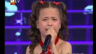 طفلة صغيرة تركيه تبكي الصخر ع امها شاهد كيف؟؟؟