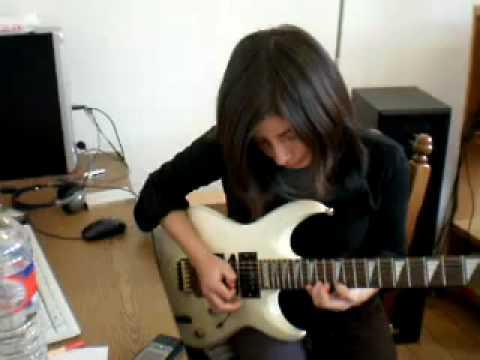 Sara tocando guitarra