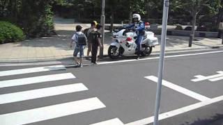 getlinkyoutube.com-Motorcycle police 白バイ、緊急発進