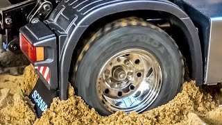 getlinkyoutube.com-RC truck Scania 4x4 stuck! Rescue ACTION by Komatsu wheel loader! RC-Glashaus fun!