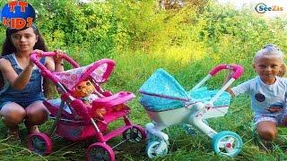 getlinkyoutube.com-Эльза Ярослава Холодное Сердце гуляет с подружкой Коляска для куклы Stroller for Baby Dolls Toy
