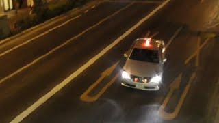 getlinkyoutube.com-覆面パトカーの目の前でバイクに乗りながら携帯で電話していた運転手を交通機動隊が緊急走行(Uターン)で検挙する瞬間!Japan traffic riot police