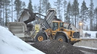 getlinkyoutube.com-Volvo L110F and L220F working with Metso/Nordberg Crushers