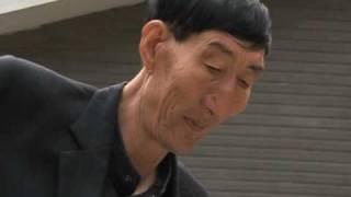 getlinkyoutube.com-El hombre más alto del mundo vive en China y ahora es padre