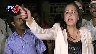 getlinkyoutube.com-Drunk & Drive | Actress Jaya Prada Fight With Traffic Police & Media | TV5 News