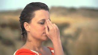 getlinkyoutube.com-Alternate Nostril Breathing / Nadi Shodhan / Wechselatmung  - Art of Living Yoga