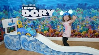 getlinkyoutube.com-Disney Finding Dory Giant Slide | Ride on and rollercoaster | The Disney Toy Collector