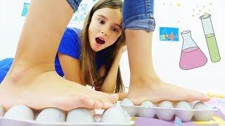 getlinkyoutube.com-Развивающее видео: опыты для детей от Капуки Дети и Родители. Ходим по сырым яйцам!