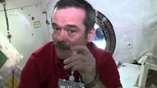 Uzayda ağlamaya çalışınca bu hale geldi! - video izle
