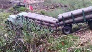 getlinkyoutube.com-RC AXIAL SCX-10 6x6 Kraz 255 logging truck and trailer