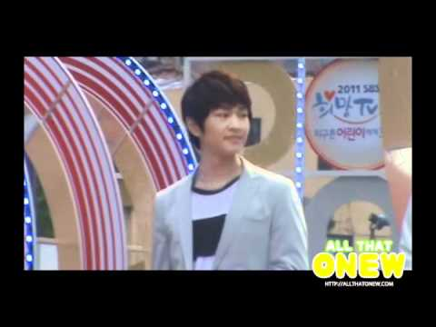 [FANCAM] 110506 Onew smiling at Jonghyun's mistake during HELLO @ Children's Event
