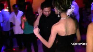 getlinkyoutube.com-Un Sophal sings a Khmer  Cha Cha Cha song at Golden Villa Restaurant LB