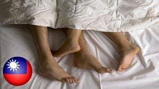 getlinkyoutube.com-Lalaki, minolestiya ang isang babaeng natutulog sa tabi ng kanyang boyfriend!
