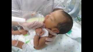 getlinkyoutube.com-NICU 低出生体重児 初めての哺乳瓶(生後23日)