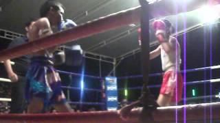 getlinkyoutube.com-PhetJee Jaa O. Meekhun [girl] vs Rittidaytlek Luktamlua [boy] - Nov 2012 | 10 yrs old - Muay Thai