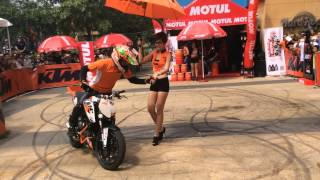 getlinkyoutube.com-KTM Duke 125 Stunt In Vietnam