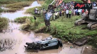 getlinkyoutube.com-Gari likivutwa baada ya kuzama kwenye maji ajali ya Musoma Sept 5 2014