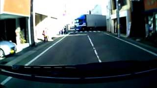 getlinkyoutube.com-2013.2.25.街中に入ってきてしまった大型トラック。