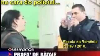 getlinkyoutube.com-Professora valentona dá tapa na cara do policial... e leva o troco...