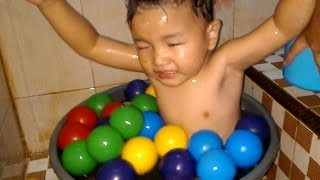 getlinkyoutube.com-Nizar Mandi Bola Lucu ❤ diKamar Mandi - Ball Swimming Kids Pool Fun Mainan Anak