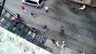 getlinkyoutube.com-كلبا بيتبول ينقضان بشراسة على رجل في الشارع
