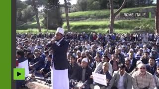 Des musulmans prient aux abords du Colisée