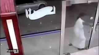 getlinkyoutube.com-The worst theft EVER!! Saudi robber trying to unlock shop doors without success