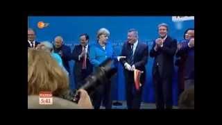 getlinkyoutube.com-Angela Merkel (CDU) schmeißt Deutschland-Fahne weg - Armes Deutschland