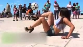 getlinkyoutube.com-Mujer sonprende asiendo dominadas con el balon