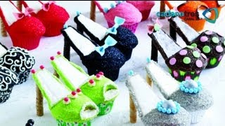 getlinkyoutube.com-Como decorar zapatillas de merengue en cupcakes. Postres / Receta decorar cupcakes paso a paso