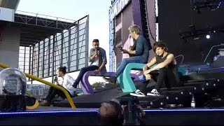 getlinkyoutube.com-One Direction OTRA tour Moments part.13 [Best/Funny/Cute moments]