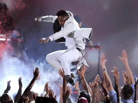 Miguel Kicks Fan While Performing at Billboard Music Awards