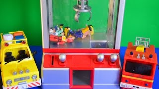 getlinkyoutube.com-Fireman Sam Surprise Toy Grabber Peppa Pig Fire Engine Fireman Feuerwehrmann Sam