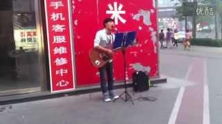 getlinkyoutube.com-北京街頭歌手吉他伴唱《你的樣子》好聽到爆,忍不住單曲循環