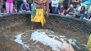 getlinkyoutube.com-Hawaiians Cooking a Pig in a Sand Pit
