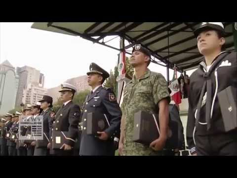 (Banda de Guerra Militar Mexicana interpreta