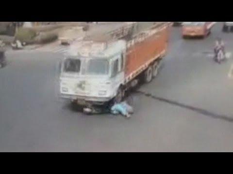 Dramatic accident:  Un camion trece peste o femeie pe scuter