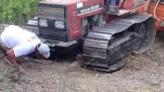 getlinkyoutube.com-Trattore a cingoli slitta con carro di legna dal bosco.Trattore al lavoro scava buca nel terreno