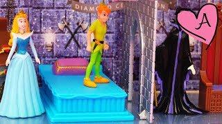 getlinkyoutube.com-La Bella Durmiente en su castillo de luces Peter Pan se enfrenta a Maléfica y muñecas de Disney