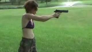 getlinkyoutube.com-mujer estupida casi se mata de un tiro en la cabeza