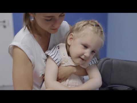Перемещение ребенка с двигательными нарушениями из стула на руки