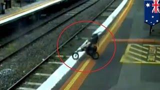 getlinkyoutube.com-Bebe se salva de morir cuando por descuido de su abuelo cayo en la vías del metro de Melbourne