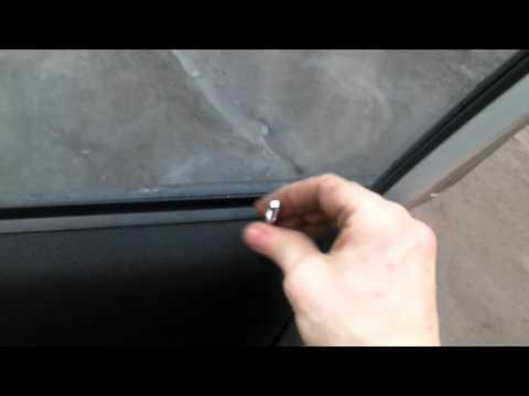Как проще снять дверную карту обшивку двери Сузуки Лиана без снятия поводка ручки оькрытия