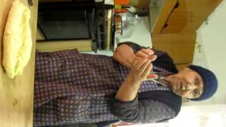 getlinkyoutube.com-Nonna preparara la pasta fatta a mano