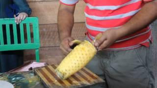 getlinkyoutube.com-Как чистить ананас. Супер способ!