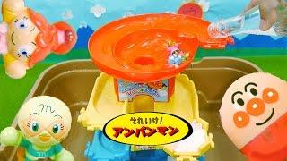 getlinkyoutube.com-アンパンマンおもちゃアニメ おおきなレインボータワーでウォータースライダー びっくらたまごの人形編 夏休み自由研究