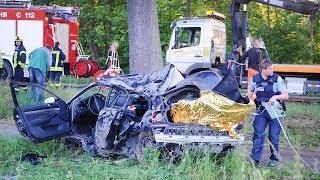 Horror-Crash bei Falkensee: Auto prallt gegen Baum - Zwei Jugendliche tot, Fahrer im Krankenhaus