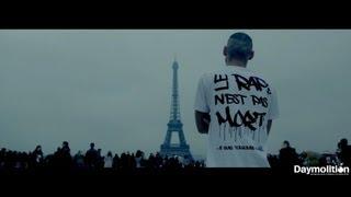 getlinkyoutube.com-Un rappeur choque les touristes à la Tour Eiffel