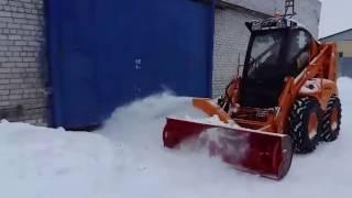 Уборка снега мини погрузчиком универсальным с бортовым поворотом Амкодор 211